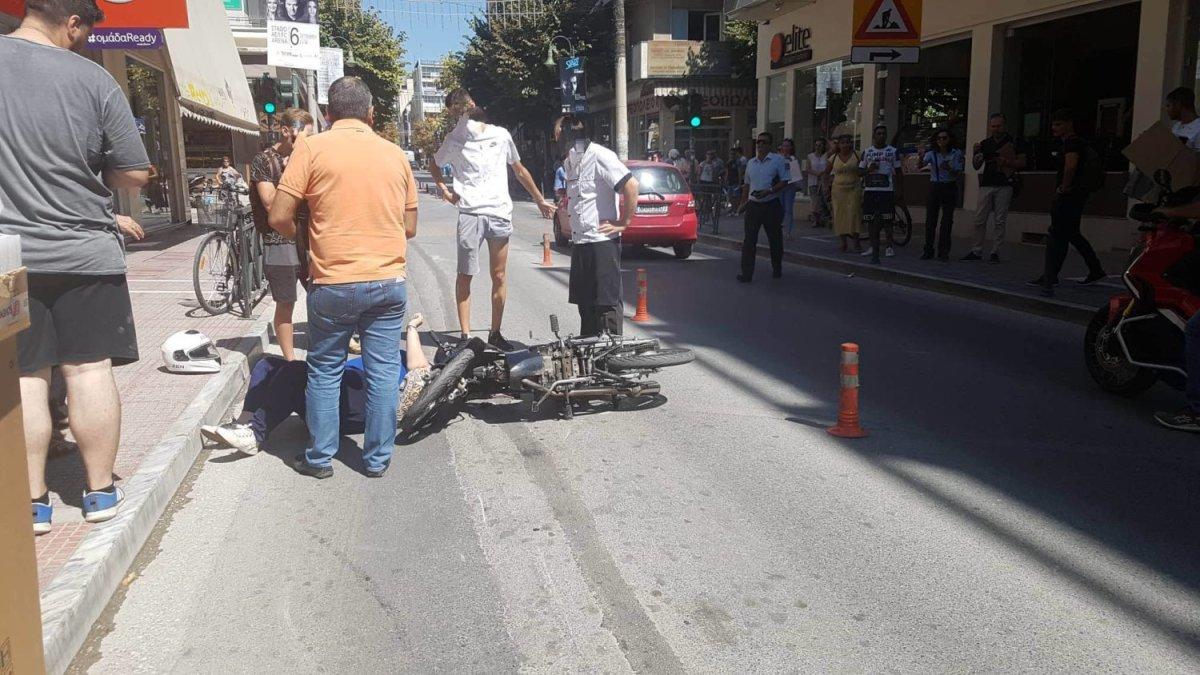 Λάρισα: Γυναίκα παρασύρθηκε από μηχανάκι στο κέντρο (φωτ.)
