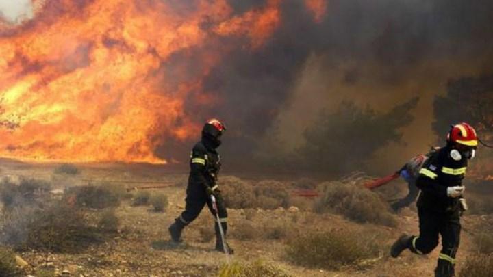 Δύο πυροσβέστες τραυματίστηκαν στη φωτιά της Μάνης