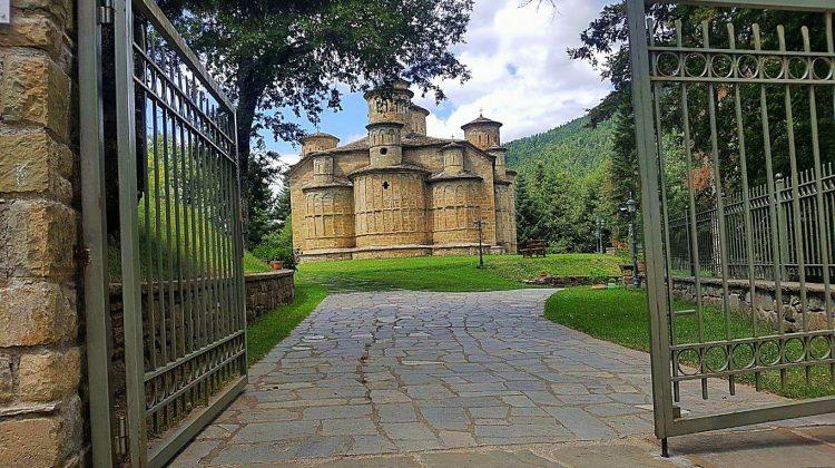Το Μοναστήρι με τους 13 τρούλους στα ορεινά της Καλαμπάκας (φωτ.)