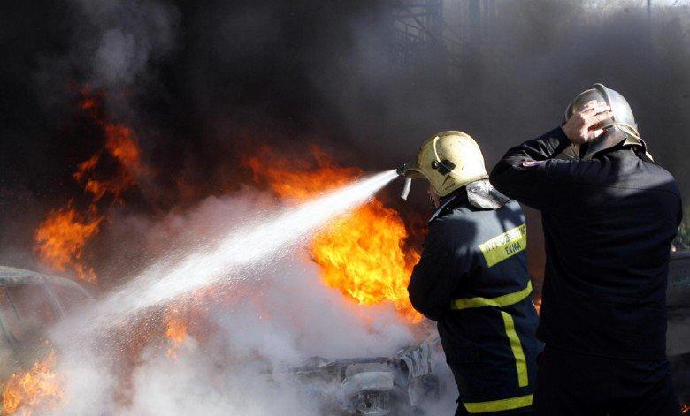 Φωτιά σε αυτοκίνητο λίγο έξω από τη Λάρισα