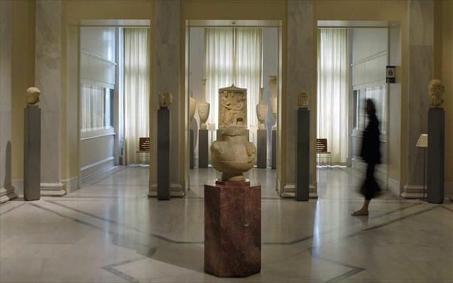 Σε δίκη οι δύο γυναίκες που έριχναν υγρό σε εκθέματα μουσείων