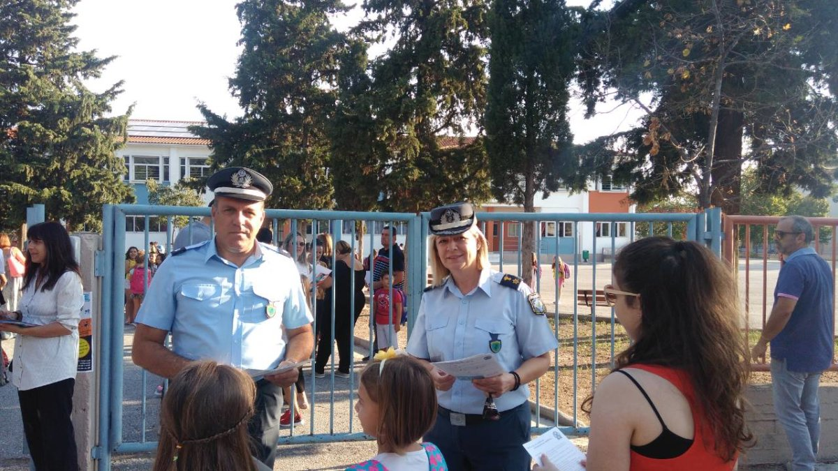 Μοίρασαν φυλλάδια οι αστυνομικοί στα σχολεία