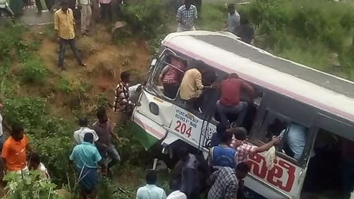 Λεωφορείο έπεσε σε χαράδρα στην Ινδία – Τουλάχιστον 55 νεκροί