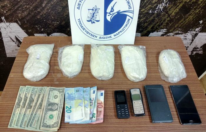 Είχαν κρύψει δύο κιλά κοκαΐνη μέσα στα σαμπουάν