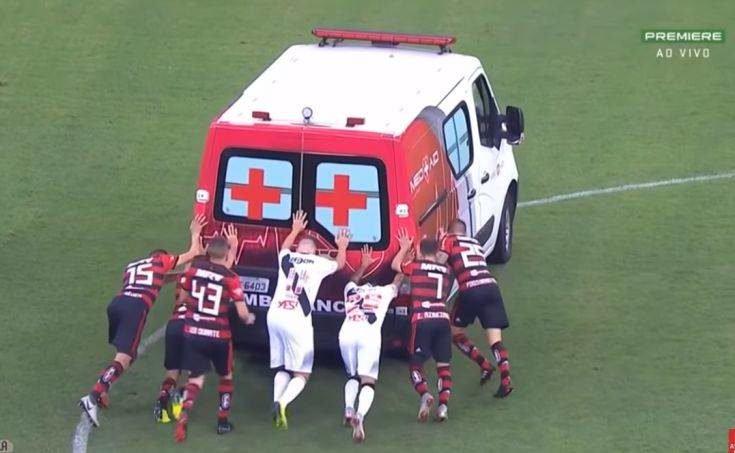 Παίκτες στη Βραζιλία σπρώχνουν ασθενοφόρο για να ξεκινήσει