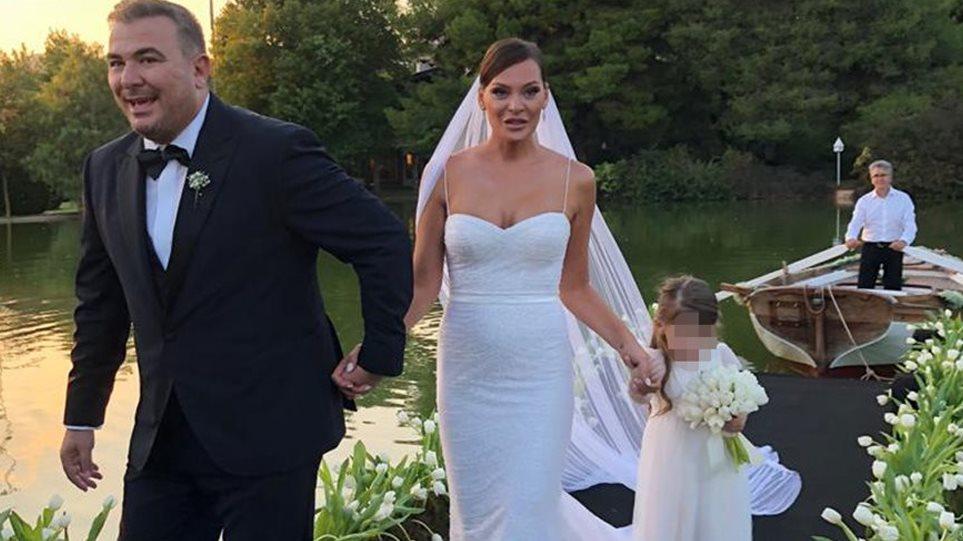 Ρέμος – Μπόσνιακ: Δείτε τον Έρος Ραματσότι να τραγουδά στον γάμο τους