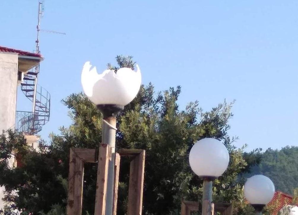 Βανδαλισμοί στην πλατεία του Μουζακίου (φωτ.)