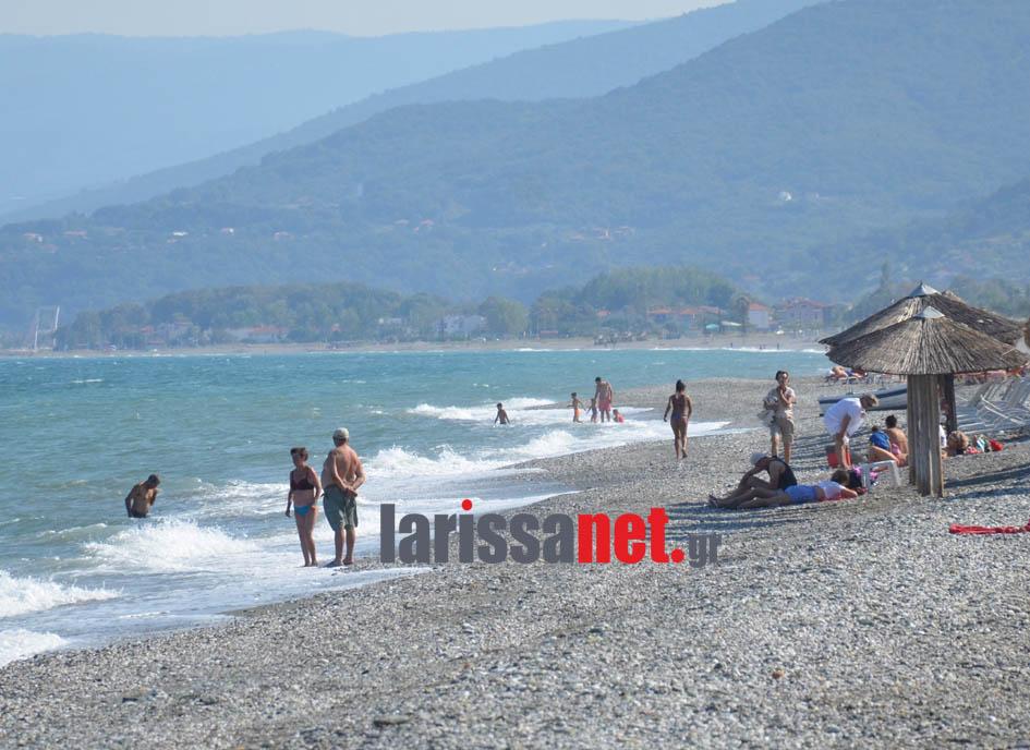 Απολαμβάνοντας τη θάλασσα στα παράλια του ν. Λάρισας (φωτ.)