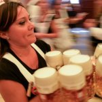 Το Oktoberfest ξεκίνησε με μπίρα και λουκάνικα
