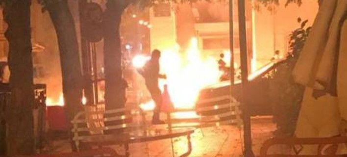 «Θα σε κάψουμε» φώναξαν στον σκοπό οι κουκουλοφόροι -Βροχή μολότοφ στο ΑΤ Πάτρας