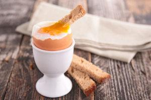 Βραστό αυγό: Πώς να το κάνετε ΑΚΡΙΒΩΣ όσο μελάτο ή σφιχτό θέλετε!