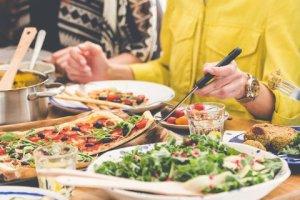 5+1 μυστικά για να μην πάρετε όλες τις θερμίδες από ένα μεγάλο γεύμα