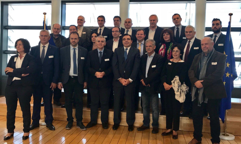 Οι Έλληνες βουλευτές με τον Μαργαρίτη Σχοινά, εκπρόσωπο του προέδρου της Κομισιόν Γιούγκερ