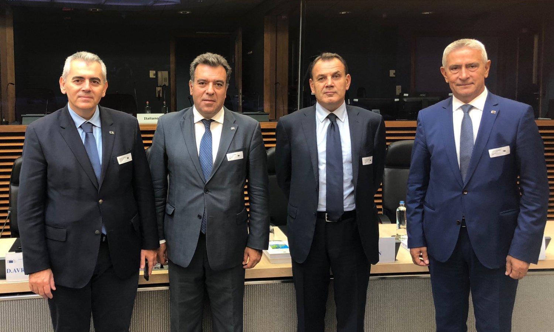 Ο Μάξιμος Χαρακόπουλος με συναδέλφους του στην αίθουσα συνεδριάσεων του κολεγίου των Επιτρόπων της ΕΕ
