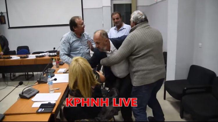 Άγριοι καυγάδες στο Δημοτικό Συμβούλιο Φαρκαδόνας (βίντεο)