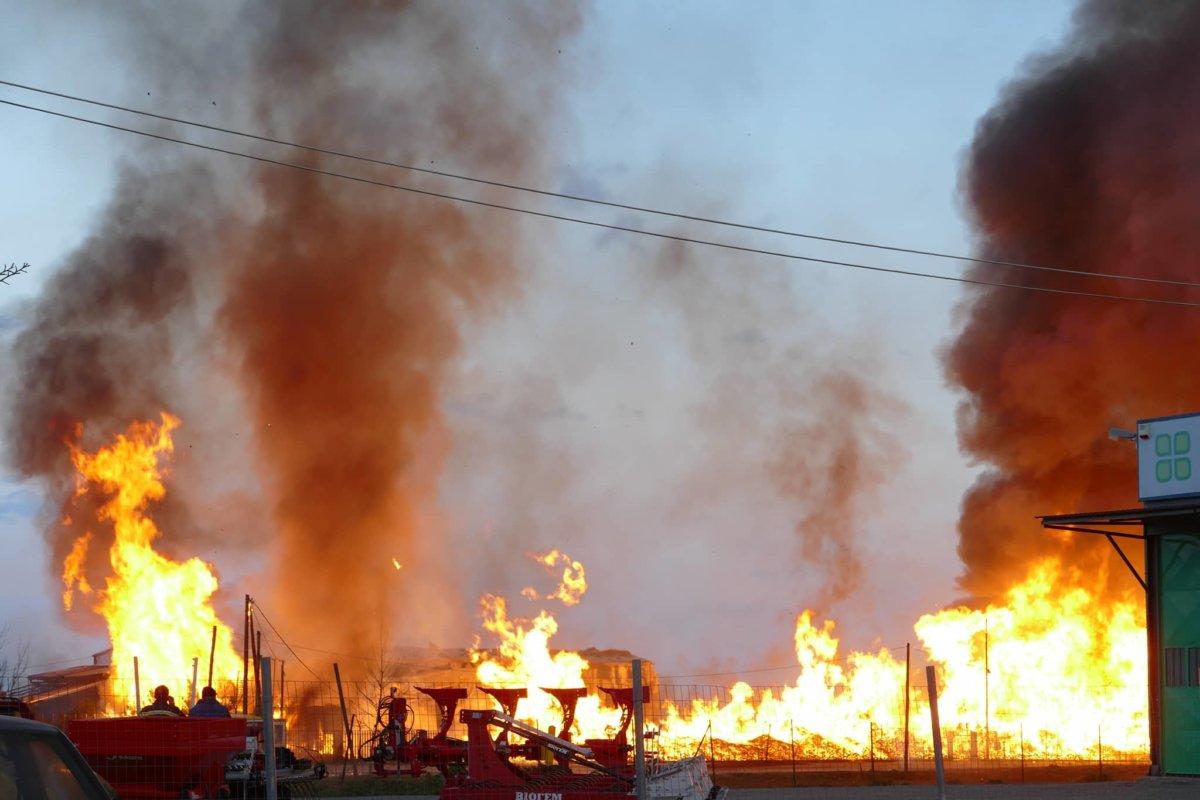 Λάρισα: Πύρινη… κόλαση στην ΠΕΟ Λάρισας-Βόλου  (φωτ.+βίντεο)
