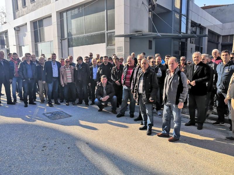 Μαζική διαμαρτυρία των αμυγδαλοπαραγωγών στον ΕΛΓΑ στη Λάρισα