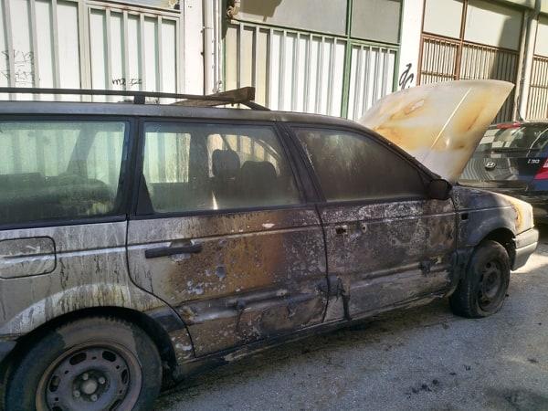 Αυτοκίνητο τυλίχτηκε στις φλόγες στη Λάρισα