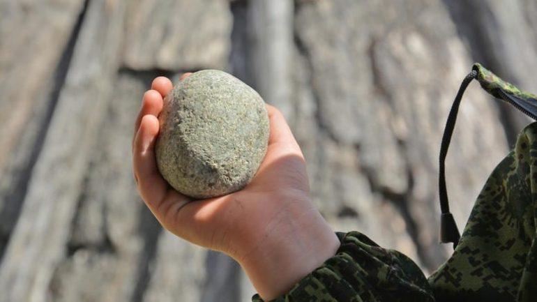 Νεαροί στήνουν καρτέρι και πετούν πέτρες τα βράδια στα αυτοκίνητα έξω από το χωριό Παναγιά του Δ. Καλαμπάκας