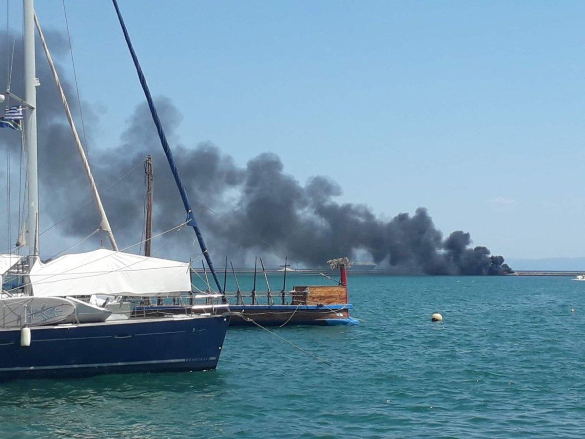 Στις φλόγες τυλίχτηκε σκάφος στο Βόλο