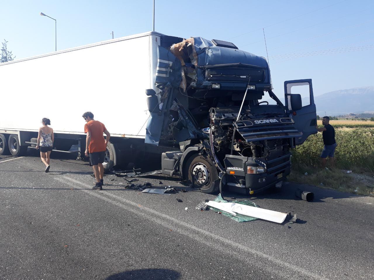 Φορτηγά συγκρούστηκαν στις σιδηροδρομικές γραμμές στη Θεόπετρα Τρικάλων
