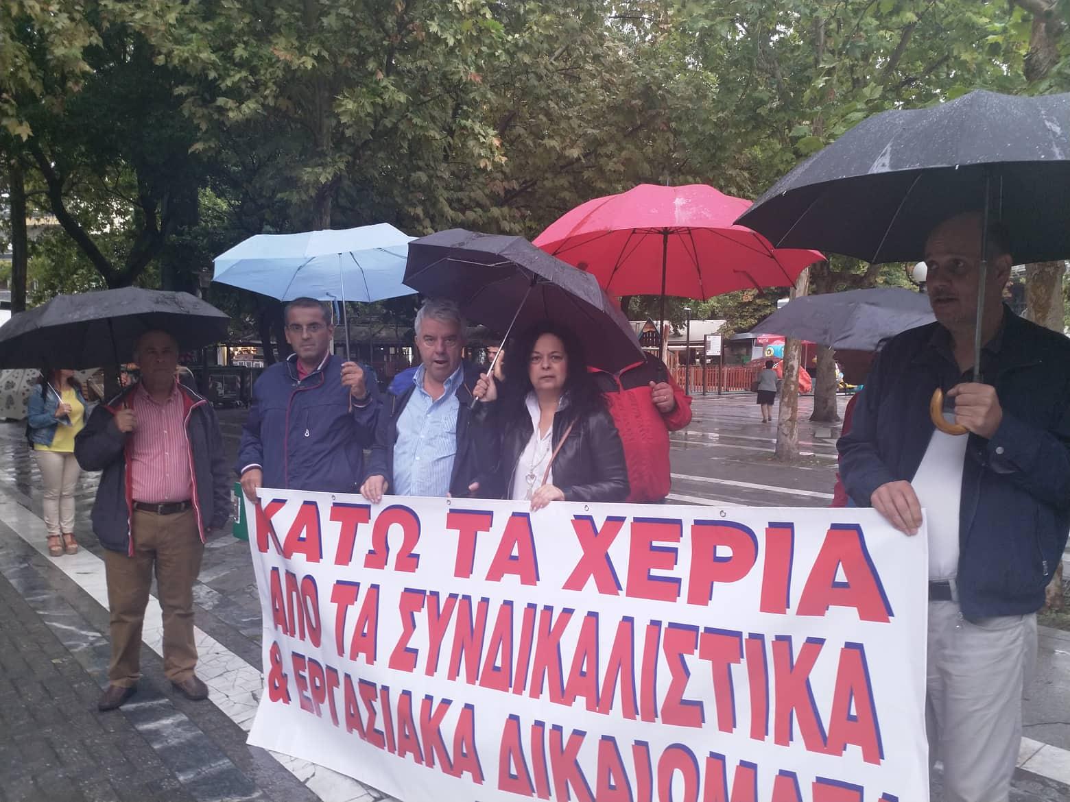 Με ομπρέλες και μικρή συμμετοχή η συγκέντρωση της ΑΔΕΔΥ στη Λάρισα