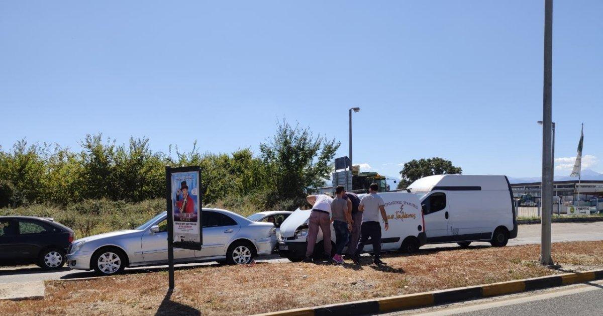 Σύγκρουση οχημάτων στα Τρίκαλα, στη διασταύρωση προς Λάρισα