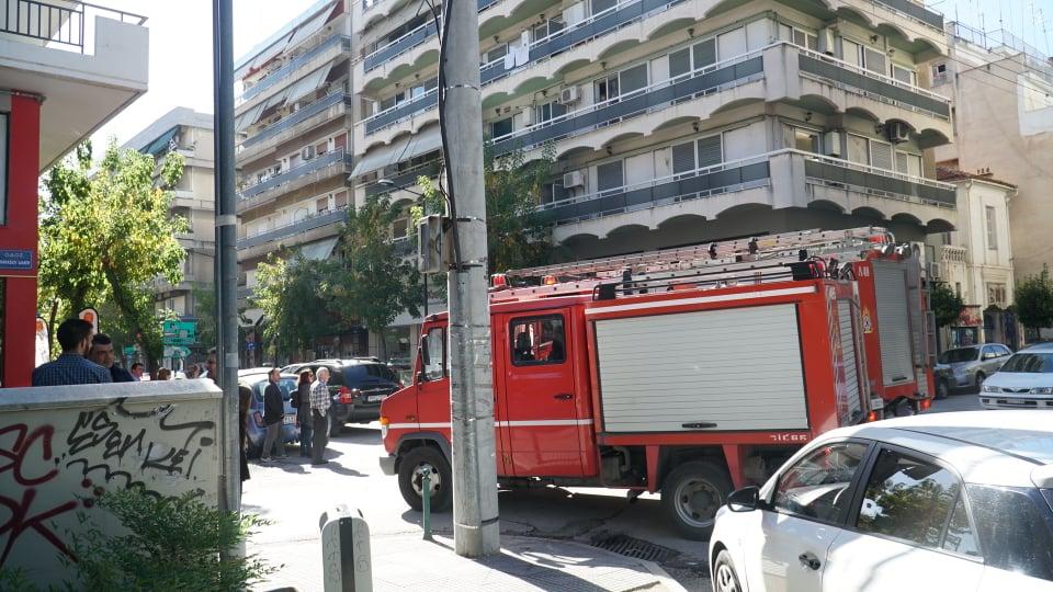 Αναστάτωση στο κέντρο της Λάρισας από καπνούς σε πολυκατοικία