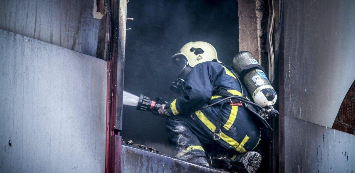 Φωτιά σε κτηνοτροφική μονάδα στα Καλύβια Ελασσόνας – Πολύωρη μάχη με τις φλόγες