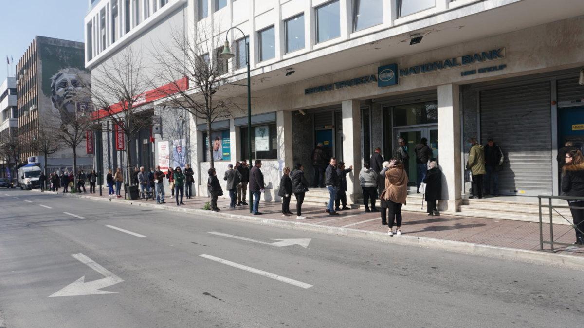 Μεγάλες «ουρές» και στιγμές έντασης έξω από τις τράπεζες και στη Λάρισα