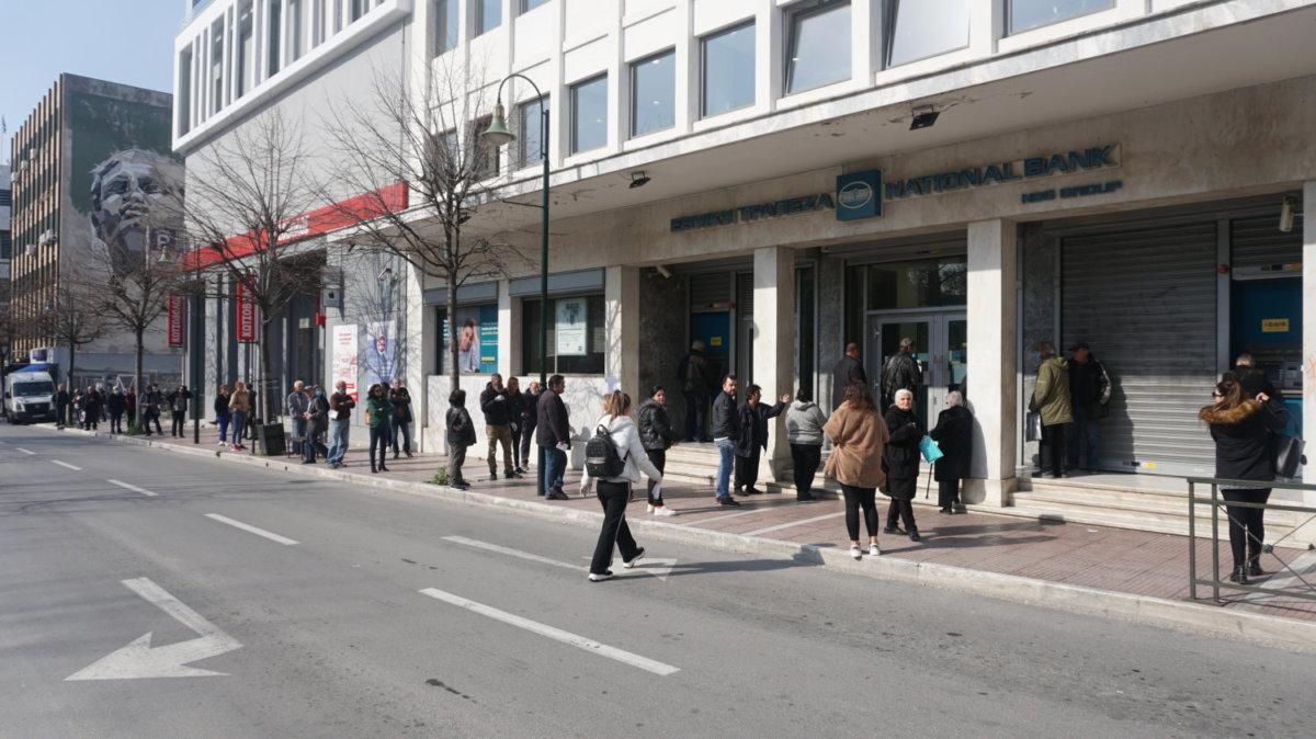 Κορωνοιός: Νέες απαγορεύσεις έως την Παρασκευή – Γραπτή βεβαίωση κίνησης μόνο για τους άνω των 65 – Εξετάζεται προσέλευση με αλφαβητική σειρά στις τράπεζες