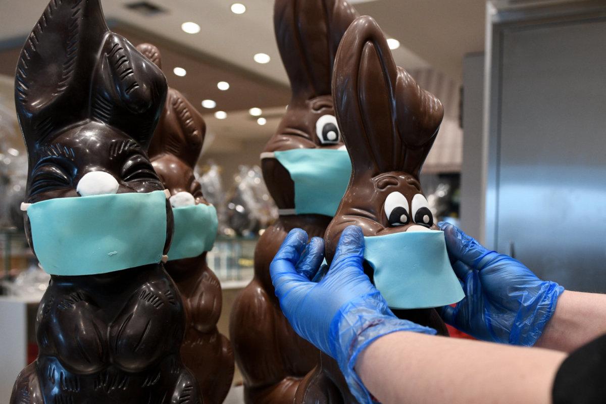 Ζαχαροπλαστείο φτιάχνει σοκολατένια λαγουδάκια με... μάσκες και ...