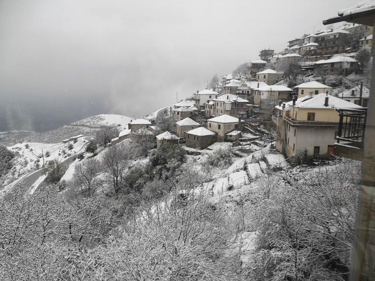 Χιόνισε στα ορεινά της Λάρισας – Στα λευκά το Λιβάδι Ελασσόνας