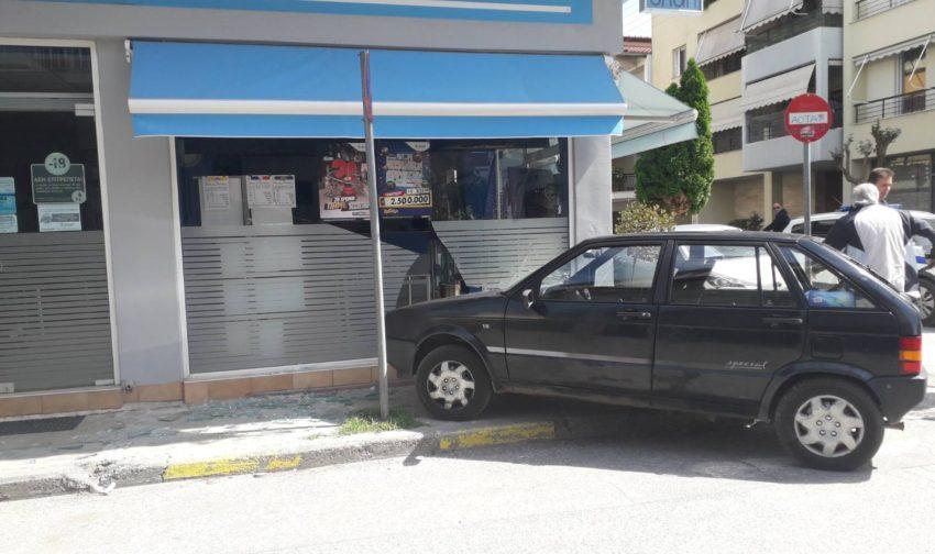 ΙΧ έπεσε σε βιτρίνα πρακτορείου ΟΠΑΠ στα Τρίκαλα μετά από τροχαίο