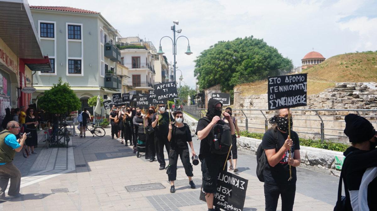Σιωπηρή διαμαρτυρία με ηχηρό μήνυμα από την Πρωτοβουλία Εργαζομένων στις Τέχνες στη Λάρισα