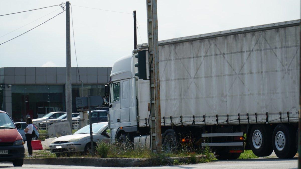 Νταλίκα συγκρούστηκε με αυτοκίνητο στη Λάρισα