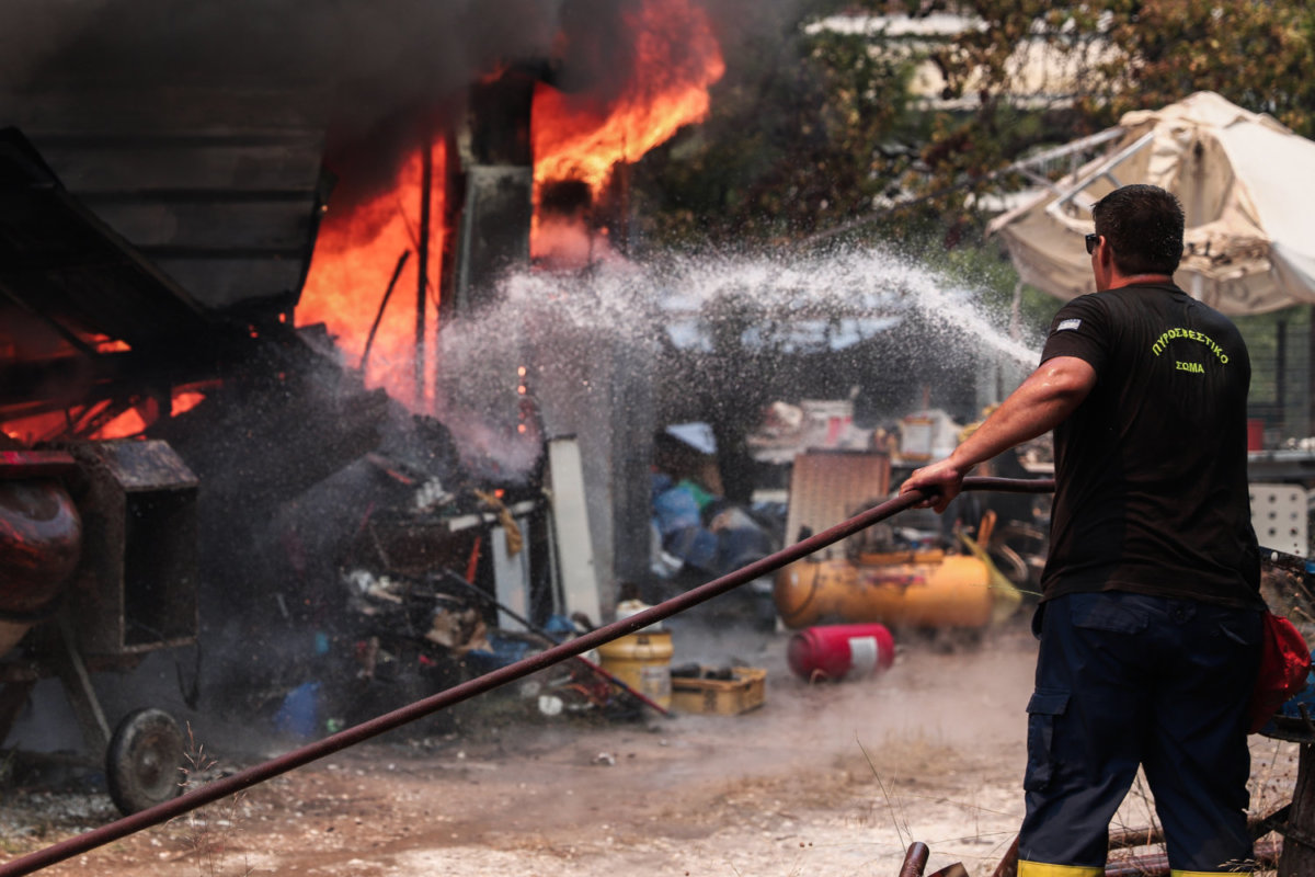 Εκτός ελέγχου η φωτιά σε Σταμάτα και Ροδόπολη – Καίγονται σπίτια -  larissanet.gr